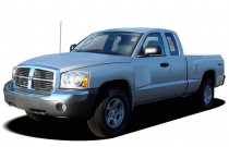 2006 Dodge Dakota 2-door Club Cab 131 4WD SLT Angular Front Exterior View