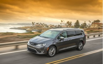 Chrysler Pacifica aces crash test, Audi Q5 teased, Lyft to go driver-less: What's New @ The Car Connection