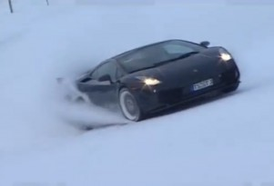 Reiter Lamborghini Gallardo on a ski slope.