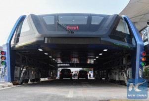 Huge Chinese road-straddling elevated bus carries first passengers (video)