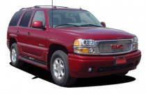 2005 GMC Yukon Denali 4-door AWD Angular Front Exterior View