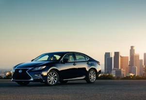 2016 Lexus ES 300h Hybrid Gets Styling Update, Nicer Interior