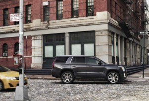 Colossus conquest: Cadillac offers steep Escalade discounts for Navigator owners