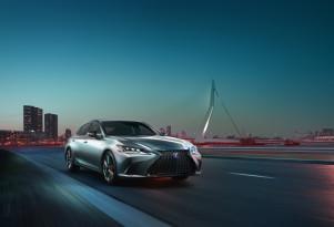 2019 Lexus ES revealed, features 44-mpg 300h hybrid sedan
