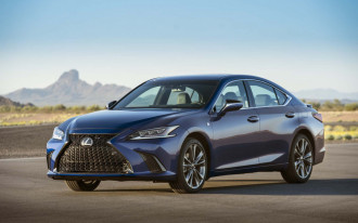 2019 Lexus ES gets $40,525 base price, 44 mpg combined for hybrid version