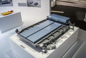 Flat lithium-ion battery back for next-generation Mercedes-Benz electric cars