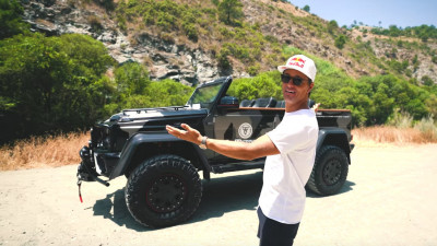 Jon Olsson presents Lord Hans his convertible G550 4x4