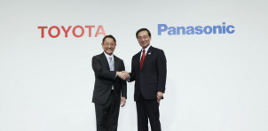 Toyota President Akio Toyoda (left) and Panasonic President Kazuhiro Tsuga
