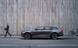 Volvo V90 Cross Country, Porsche emojis, Tesla depreciation: What's New @ The Car Connection
